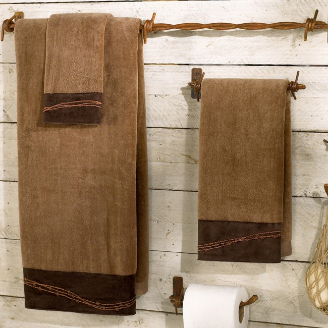 полотенца на веревочках в ванной