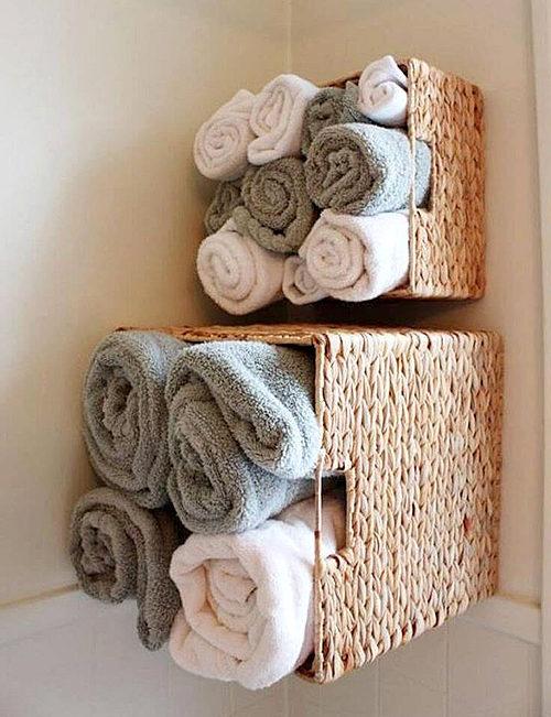 полотенца в плетеной корзине на стене