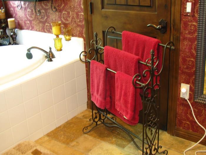 полотенца-на-стойке-в-ванной-комнате