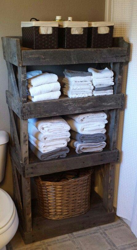 полотенца на стеллаже