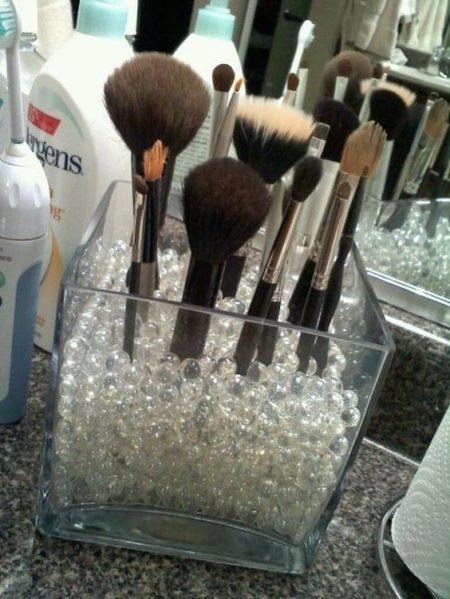 хранение кисточек для макияжа в стеклянном кубе с шариками