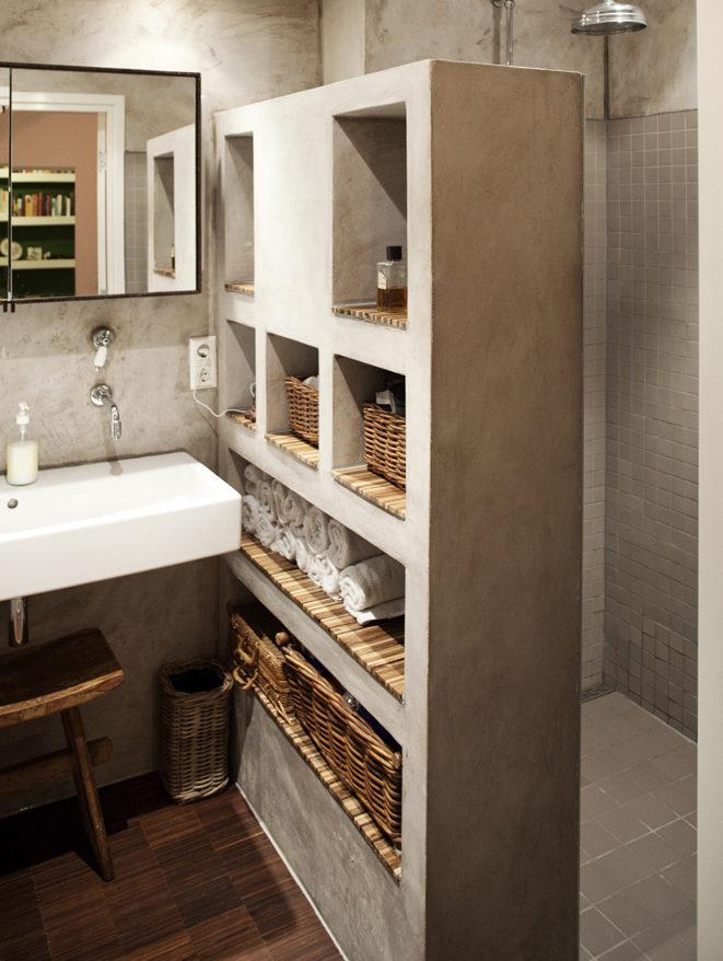необычный стеллаж в ванной