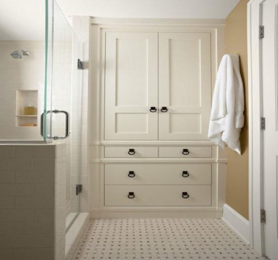 большой белый шкаф в ванной комнате