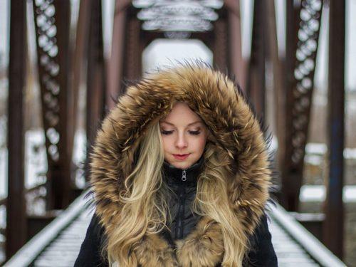 девушка в капюшоне с эко-мехом