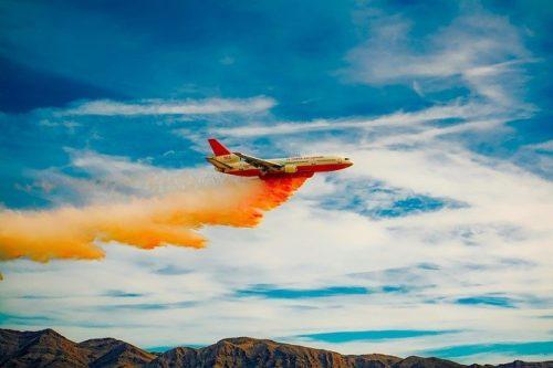 самолет распыляет