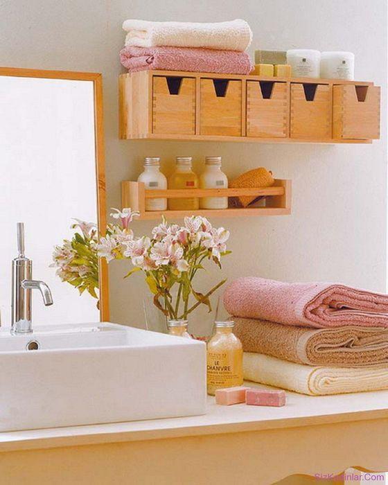 хранение в ванной в деревянных ящичках на стене