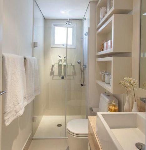 белые полки в маленькой ванной