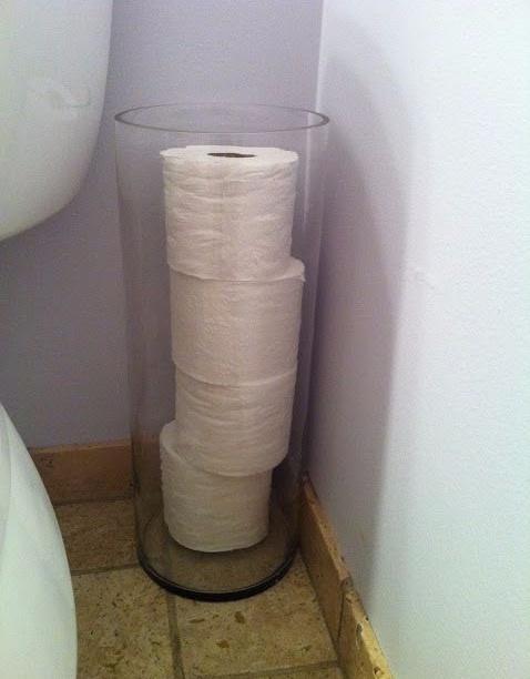 туалетная бумага в большой прозрачной вазе