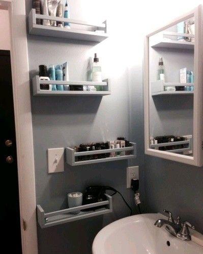полки на стенах ванной комнаты