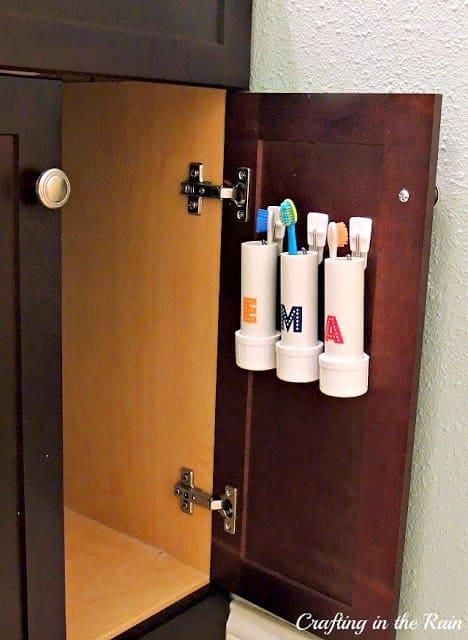 зубные щетки на дверце шкафа