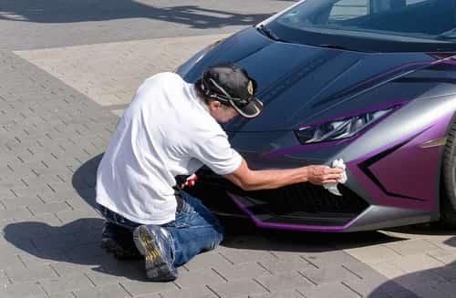 мыть машину тряпкой