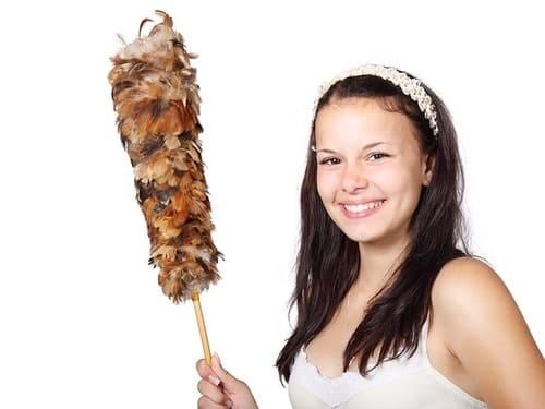 девушка с метелкой для уборки